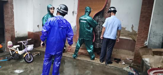 漳州:屋顶塌陷前 一家三口被警方及时转移
