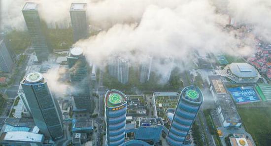 昨日下午,厦门会展北片区上空云雾缭绕,仿若仙境。(厦门日报 王火炎 航拍器摄)