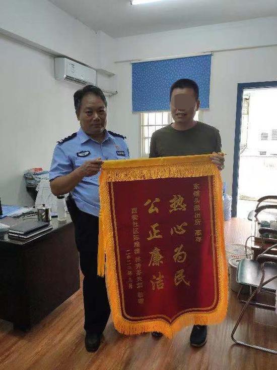 """漳州:""""黑户""""女孩难上学 社区民警帮解忧"""