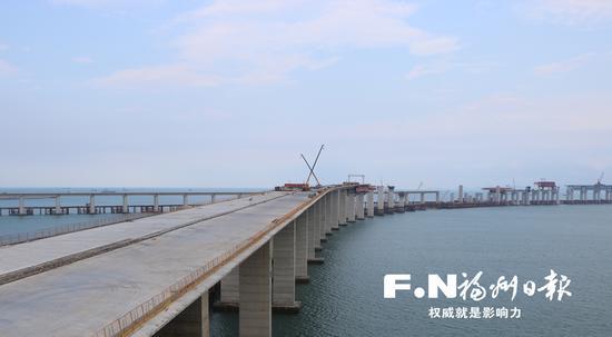 长平高速松下特大桥和平潭海峡公铁两用大桥在海上相接。
