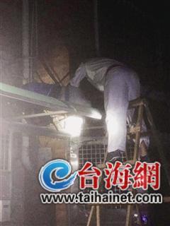 ▲医生爬上梯子查看并脚撑挡板救援