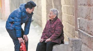 泉州:孙子陪年近百岁奶奶逛西湖