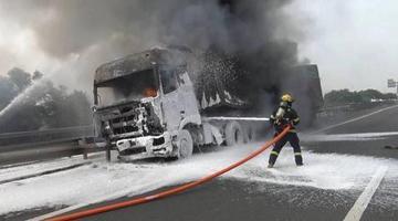 沈海高速上半挂车撞小车后起火