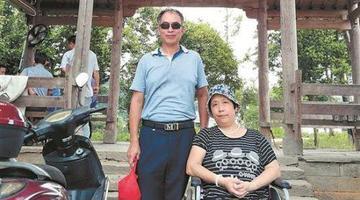 男子推轮椅带患病妻子走遍天涯海角