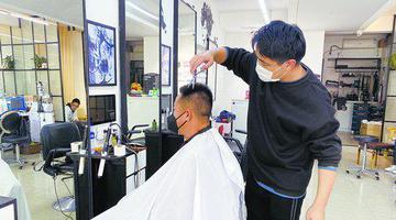 厦门理发店开门营业数量增多