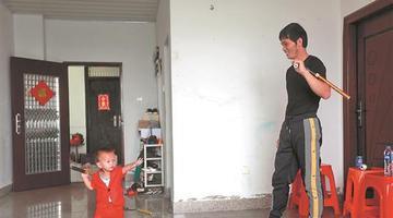 泉州惠安2岁娃耍双截棍