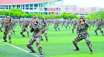 嘉庚学院新生军训模拟步兵登陆作战