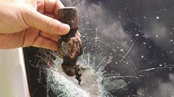 前车飞出铁锤头砸穿后车挡风玻璃