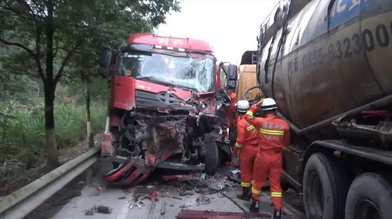 三明永安:307省道上两罐车相撞 消防救出2人