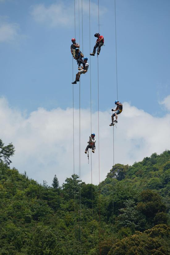 运动员正在进行攀爬赛