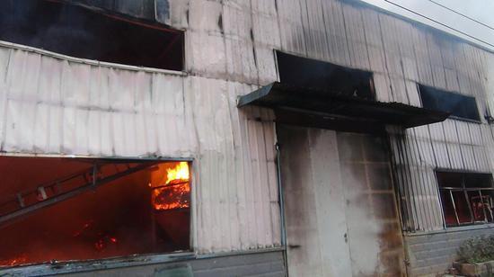 三明将乐:一木材厂发生火灾 消防紧急扑救