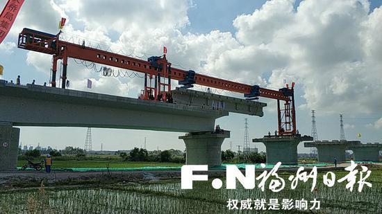 福平铁路进入架梁铺轨阶段。