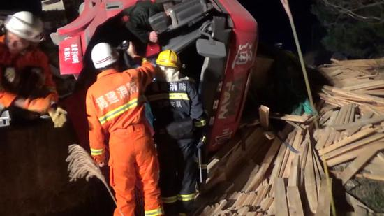 三明尤溪:挂车失控侧翻险坠入水库 消防紧急救援