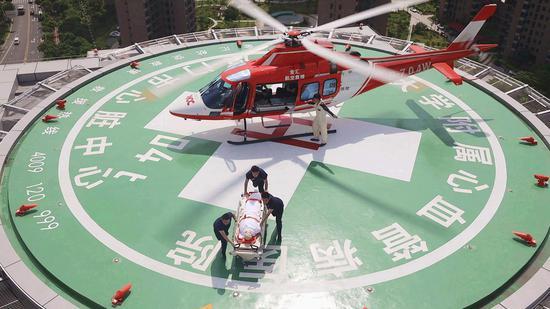"""厦心顶楼设有直升飞机停机坪,患者抵达后可通过专用电梯直达手术室,为""""救心""""赢得宝贵时间。"""