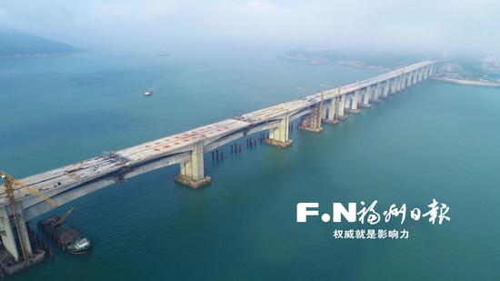 平潭海峡公铁两用大桥平潭段贯通。(南昌铁路局供图)