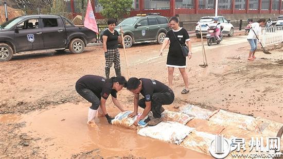 德化:志愿者和家长联手修补上学路