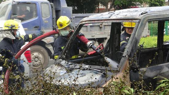 厦门海翔大道一面包车自燃 现场无人员伤亡