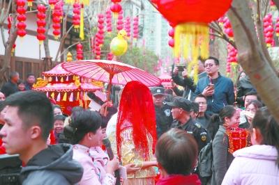 """21日,闽侯昙石山街区开街,""""喜娘""""前来捧场。"""