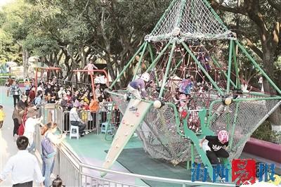 昨日下午,众多市民在中山公园儿童岛游乐园游玩。