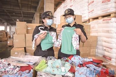 廈門海關關員展示不合格的嬰童服裝。