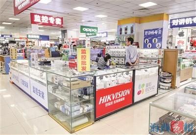百脑汇的一家商铺,监控设备应有尽有。见习记者 王温萍 摄