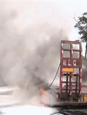 货车行驶路上突然起火