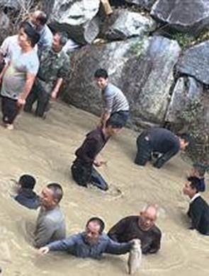 漳州平和5000多人河里抓鱼博彩头