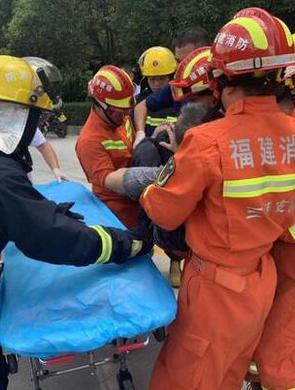 宁化:两车迎面相撞 消防救出一人