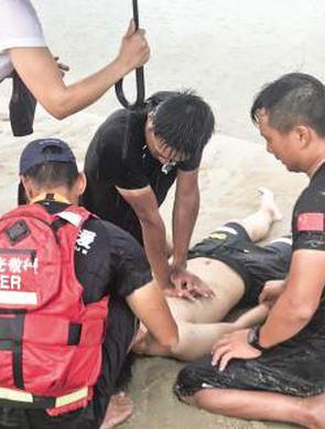 厦门曙光救援队救起溺水者并心肺复苏