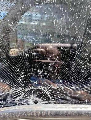 漳州一车辆行驶中突飞来两颗铁弹珠