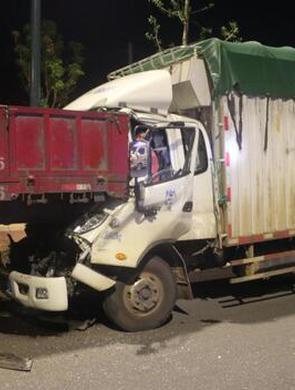 三明:疲劳驾驶致箱式货车撞挂车