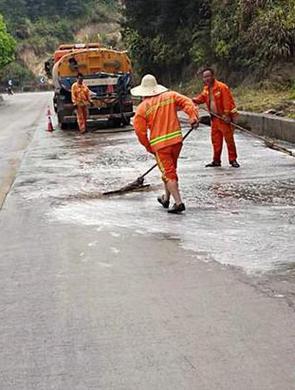 三明大田:重卡油管漏油 路上洒漏了40米