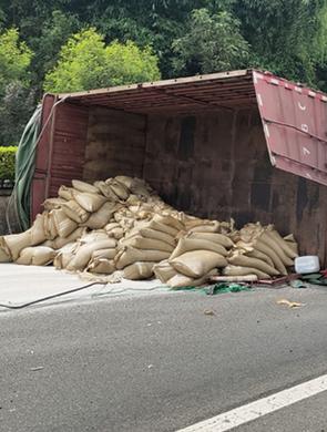 三明:货车侧翻占用快速车道,民警快速处置保畅通