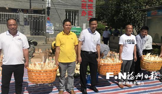 农户和各界代表提着一筐筐白萝卜庆祝丰收。