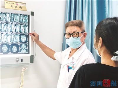 鄭光亮細心為患者講解病情。