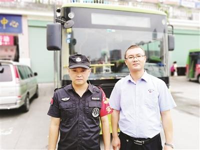 公交司机把浩庄(右)和安全员林建文