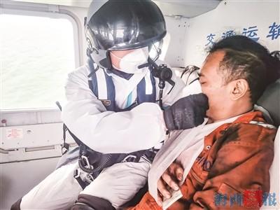 """""""东二飞""""机组人员对受伤外籍船员进行检查。"""