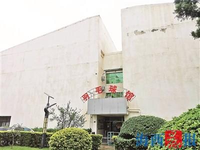 市体育中心羽毛球馆。 记者 邓丽萍 摄