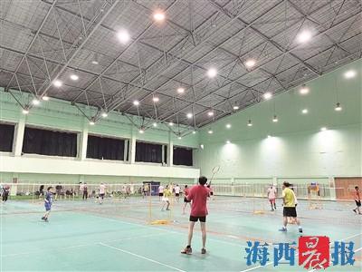 市民在市体育中心羽毛球馆挥洒汗水。记者 王温萍 摄