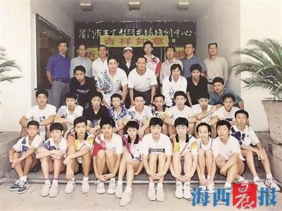 2000年,吉新鹏(后排右四)夺得悉尼奥运会金牌后回厦与厦门羽毛球球队教练、运动员等合影。谌龙(前排左一)、世界冠军龚伟杰(第二排右三)以及知名教练林江利、汤仙虎等也在图中。(龚伟杰供图)