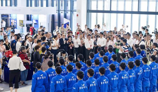 与会代表观看台湾籍乘务员应急演练 拍摄:贺晟