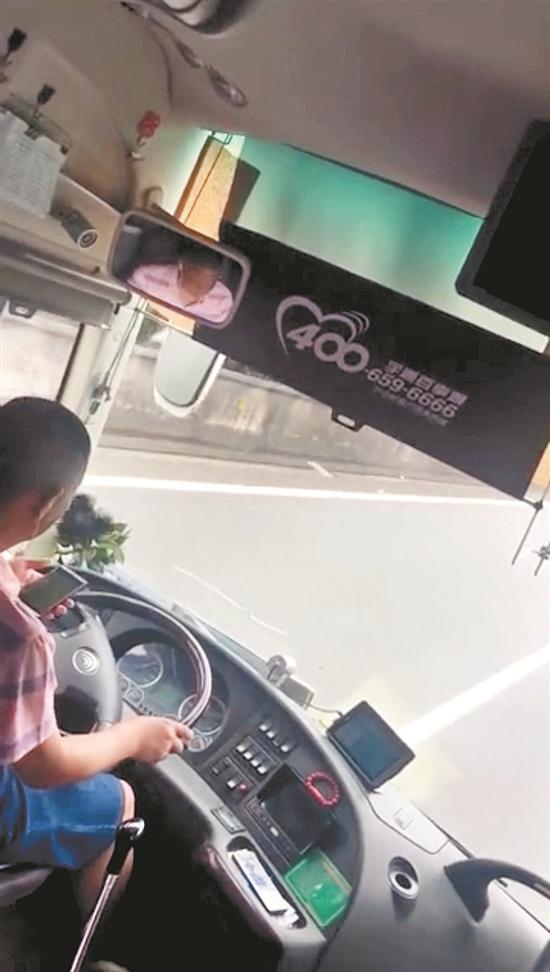 司机的危险行为被乘客拍下