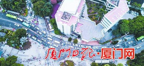 昨日17时左右,园林植物园外的虎园路车辆有序行进。(本报记者 林铭鸿 摄)
