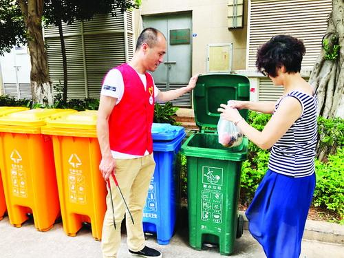 ■编外督导员上岗指导垃圾分类。