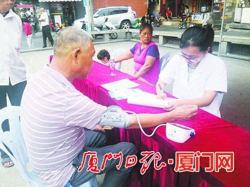 10月28日,湖里街道开展男性健康日宣传活动,并为居民开展义诊。   (范丽珍 摄)