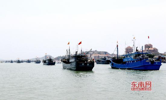 东山渔船奔赴渔场捕鱼(林华艺 摄)