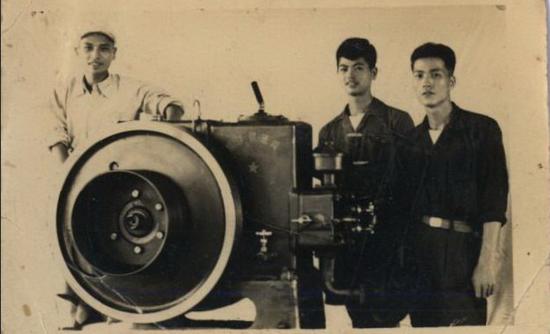 1954年,杨宗钦、马良冰、黄树铭与小东门12HP柴油发电机合影。