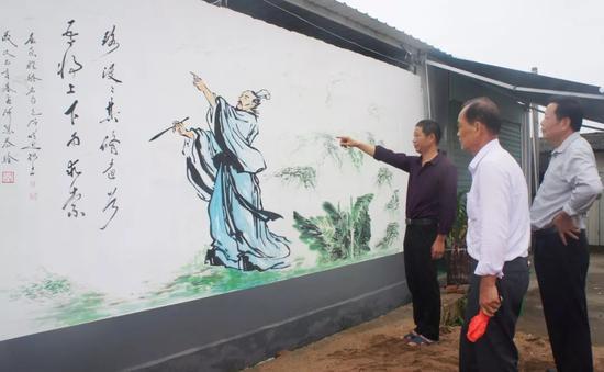 村民在湖山宫龙舟寮交流屈原文化