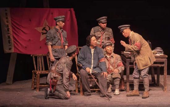 话剧《三湾,那一夜》首次来厦 精品剧作圈粉不同年龄层观众