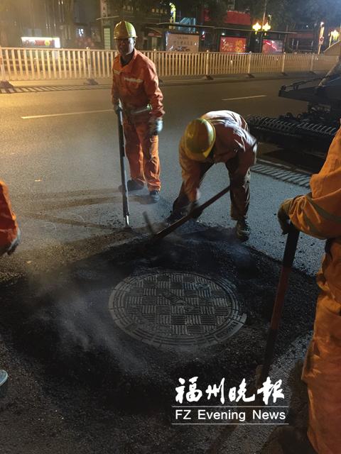 市政人员运用热再生沥青修补技术修复下沉井盖。